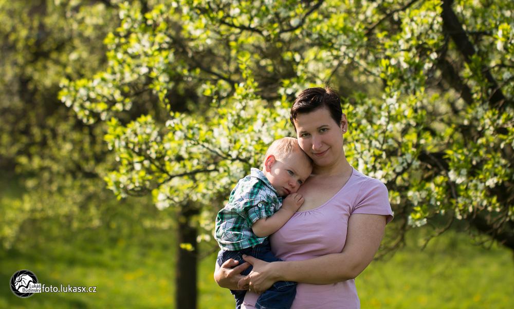 rodinné foto dětí na jaře v sadu